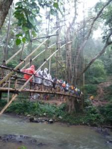 Air yang mengalir di bawah jembatan bambu ini jernih dan masih layak konsumsi. untuk menuju baduy dalam kita akan melewati beberapa jembatan.