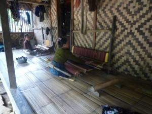 menenun. salah satu budaya yang masih dilestarikan. (baduy luar).